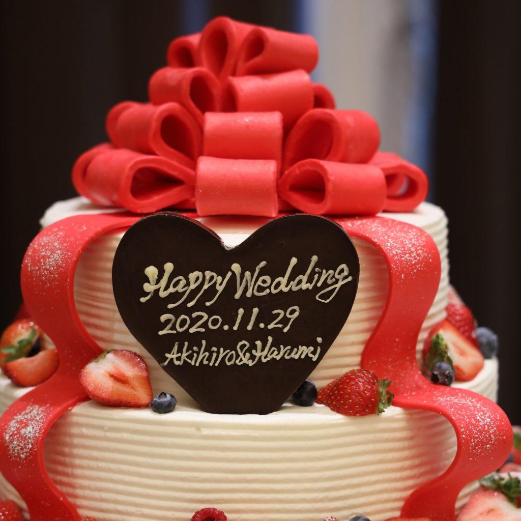 ウェディングケーキには赤のリボンをかけて